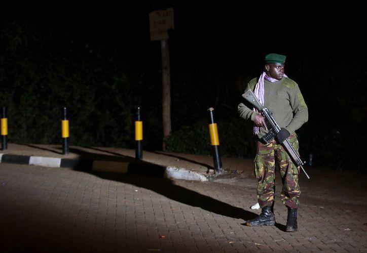 Un soldado de las Fuerzas de Defensa de Kenia (KDF) hace guardia frente al centro comercial de Westgate, en Nairobi. (EFE)