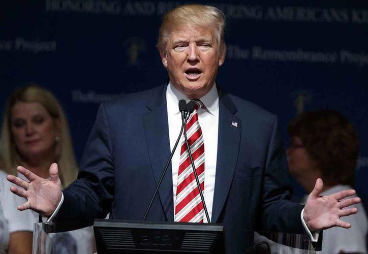 Donald Trump pidió el viernes que se desarme a los guardaespaldas que protegen a su rival demócrata, Hillary Clinton. (AP/Evan Vucci)