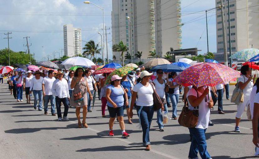 Bajo los rayos del sol los profesores llevaron a cabo su marcha. (Tomás Álvarez/SIPSE)