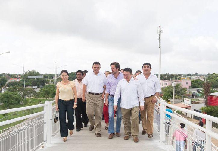 El gobernador Rolando Zapata Bello y comitiva recorren el nuevo puente peatonal. (SIPSE)