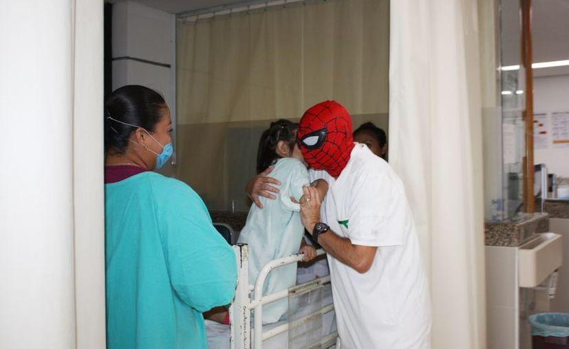 El enfermero Henry es conocido por su labor de 'superhéroe', cuando tienen y cuando no tiene la máscara. (Novedades Yucatán)
