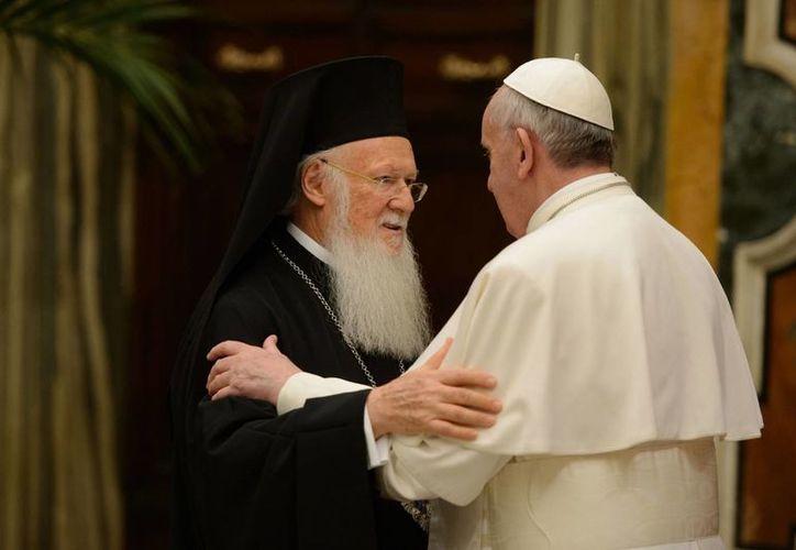 Su Santidad Bartolomeo I, patriarca ecuménico de Constantinopla al momento de saludar al Papa Francisco. (Agencias)