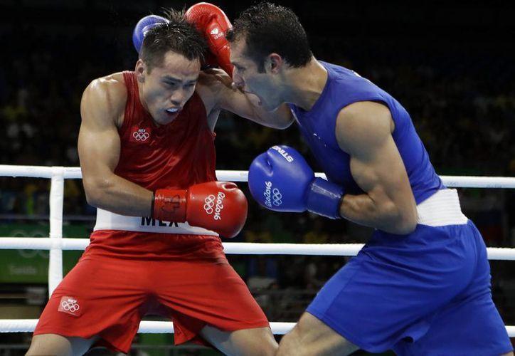 El pugilista mexicano Misael 'El Chino' Rodríguez (rojo) aseguró la primera medalla para la delegación mexicana en Río 2016 al acceder a semifinales este lunes. (AP/ Frank Franklin II)