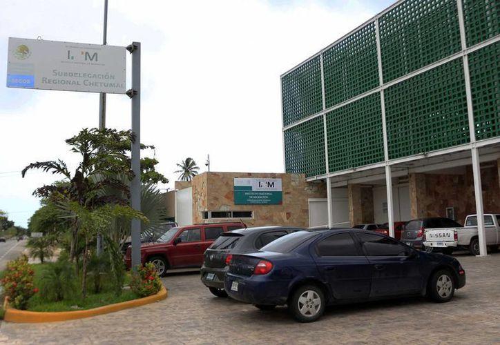 Los elementos de la Policía Municipal lo trasladaron a las instalaciones del instituto migratorio. (Harold Alcocer/SIPSE)