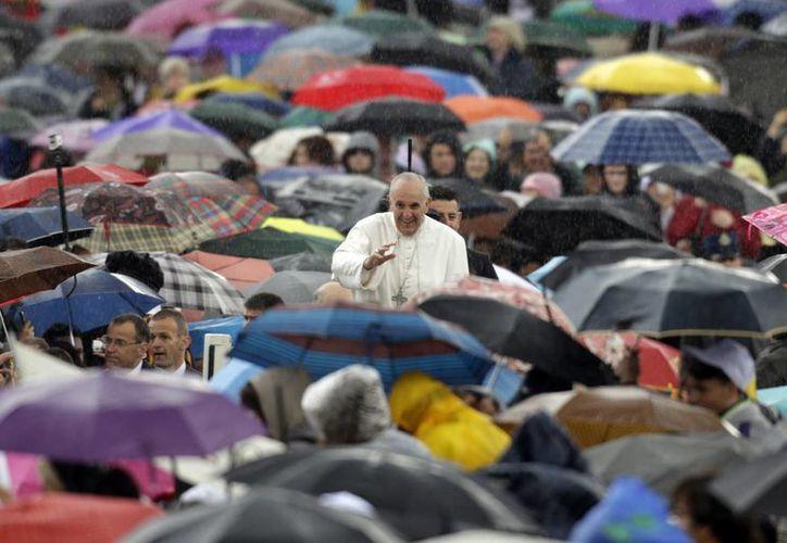 Una copiosa lluvia cayó cuando el pontífice saludaba a los fieles congregados en la Plaza de San Pedro. (Agencias)