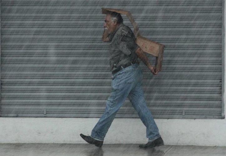 Una fuerte lluvia bañó este martes la ciudad de Mérida, y se prolongó hasta entrada la noche en varias partes de la ciudad. Para hoy miércoles también se esperan lluvias. (Jorge Acosta/SIPSE)