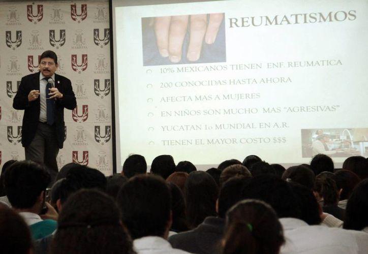El reumatólogo Jacinto Herrera impartió una conferencia magistral de apertura del I Simposio de Investigación Universitaria en Fisioterapia y Rehabilitación, en la Universidad Marista. (Milenio Novedades)