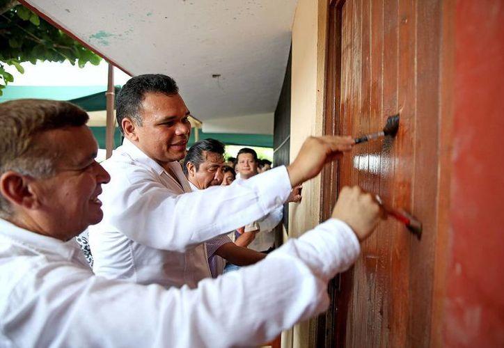 Ayer martes, Zapata Bello dio inicio a los trabajos de mantenimiento de una escuela primaria en la comisaría de Chichí Suárez. (SIPSE)