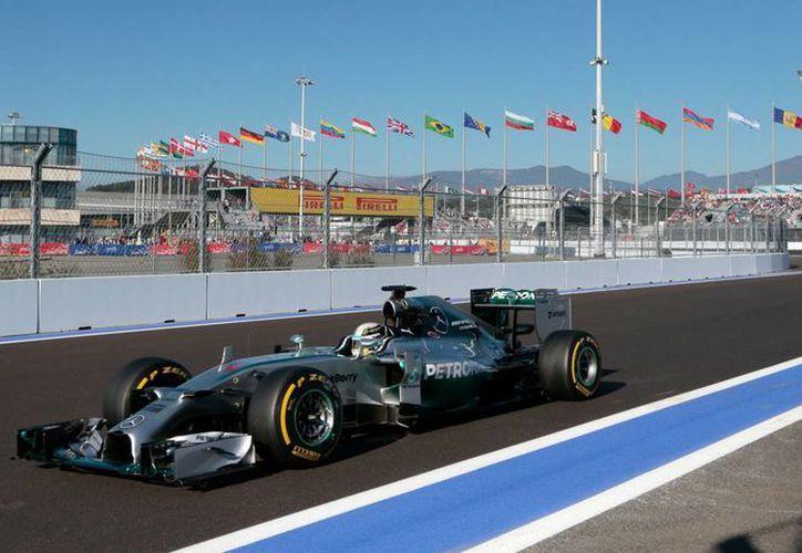 El piloto inglés Lewis Hamilton avanza durante una de las prácticas del Gran Premio de Rusia.Este sábado ganó la pole. (Foto: AP)