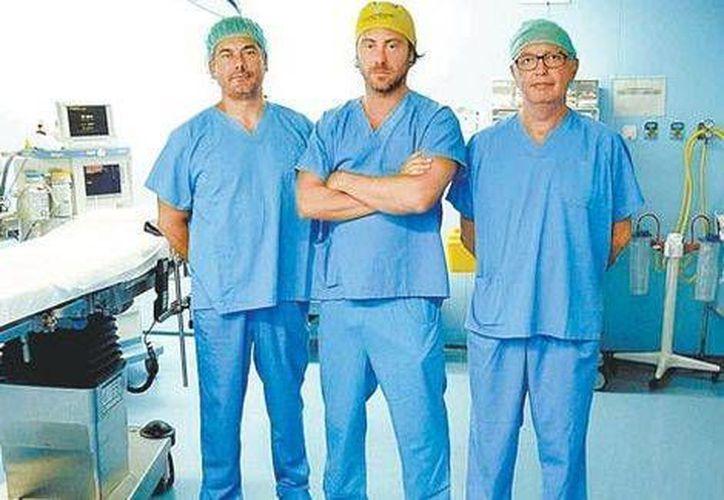 Giovanni Bistoni (c) realizó la operación con apoyo de los especialistas Luis Matute y Javier Blanco. (Milenio)