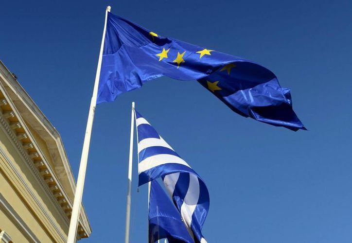 El gobierno de Grecia busca evitar una dramática salida de la zona económica europea, lo cual hundiría al país en términos financieros. (AP)