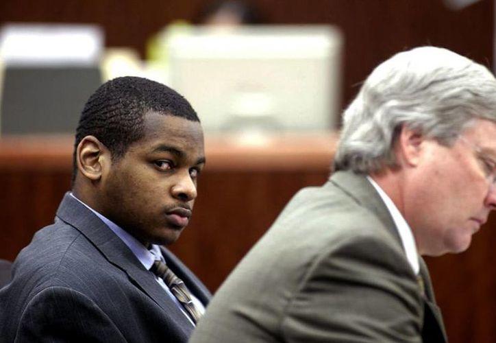 Foto de archivo de 2005 de Alfred Dewayne Brown junto a su abogado defensor Robert Morrow al ser declarado culpable y condenado a muerte por el asesinato de un oficial en 2003. Hoy fue liberado después de que las autoridades desecharan los cargos en su contra. (Foto AP/Houston Chronicle, Jessica Kourkounis, Archivo )