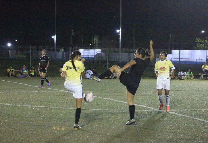 Las chicas del Deportivo tomaron la iniciativa y rompieron el hielo. (Foto: Miguel Maldonado/SIPSE).