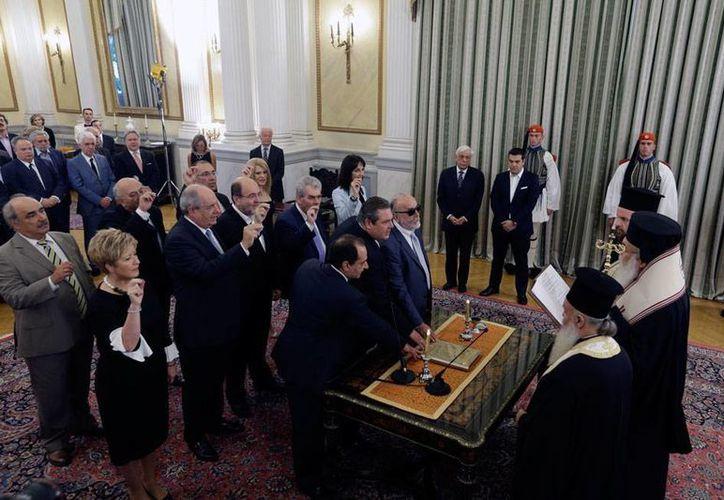 El nuevo gobierno de Grecia tomó protesta, con lo que se inicia una nueva etapa, caracterizada por los recortes presupuestales. (AP)