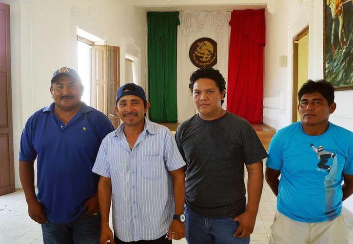 Imagen de cuatro de los cinco comisarios electos en su primera reunión de trabajo con el Coordinador de Comisarías en el Palacio Municipal. (Milenio Novedades)