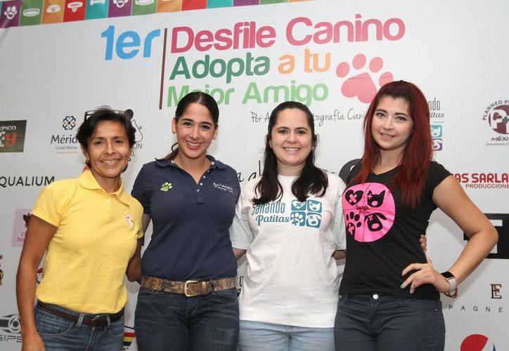 La fotógrafa canina Ana Abdo López y otras personas involucradas en el desfile 'Adopta a tu mejor amigo', que se celebrará este 13 de febrero en Mérida. (Notimex)