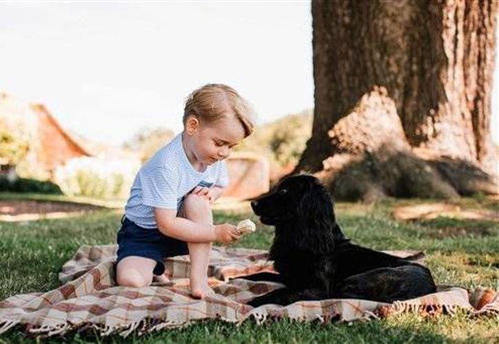 El príncipe Jorge cumple este viernes sus primeros tres años de edad. En la foto, el soberano junto a su mascota.(AP)