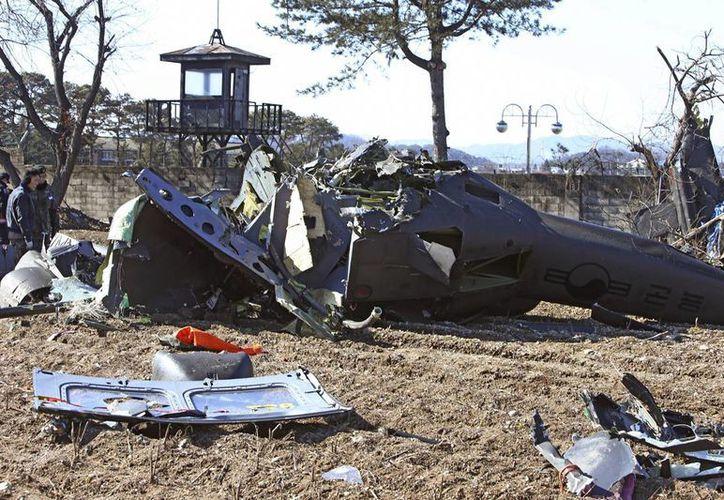 Tres militares murieron y otro resultó herido al estrellarse un helicóptero del Ejército de Corea del Sur, cerca de una zona residencial al noreste del país. (AP)