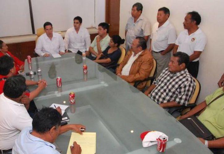 El alcalde con líderes de organizaciones sindicales. (Cortesía/SIPSE)