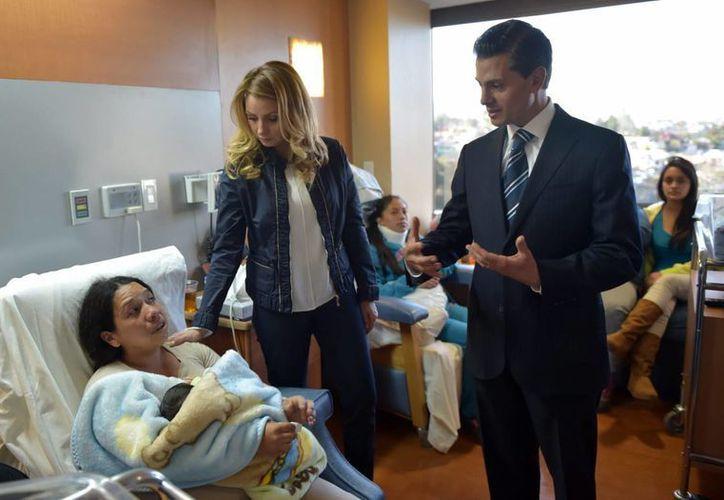 El presidente Peña Nieto y su esposa visitaron el viernes a varias mamás heridas por la explosión en el Materno Infantil de Cuajimalpa. (Archivo/Notimex)
