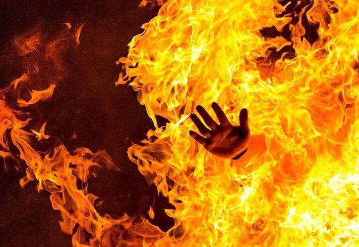 Los familiares apagaron el fuego a Araceli, quien fue atendida por servicios de emergencia. (Foto: Contexto/Clarín).