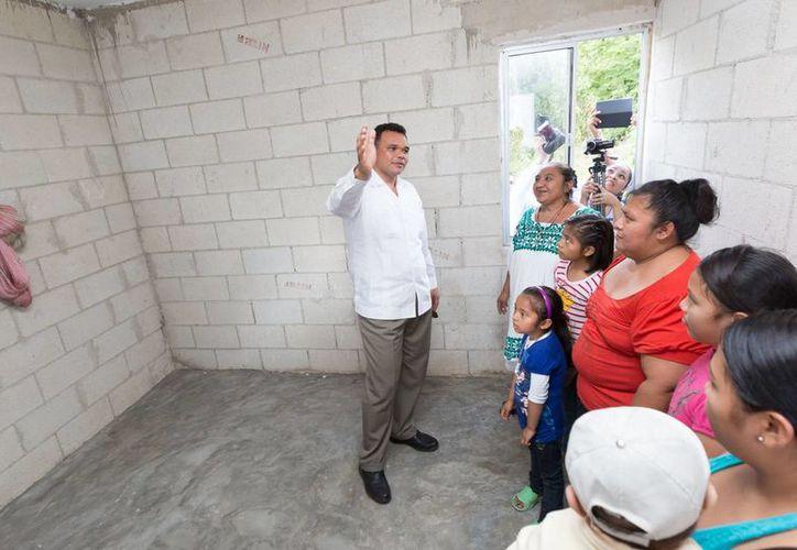 El gobernador Rolando Zapata Bello durante un recorrido por una de las casas entregadas en Xmatkuil, Conkal y Komchén. (SIPSE)