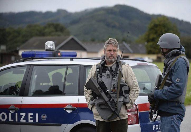 Policías vigilan una carretera cerca de la localidad de Melk en Austria. (EFE)