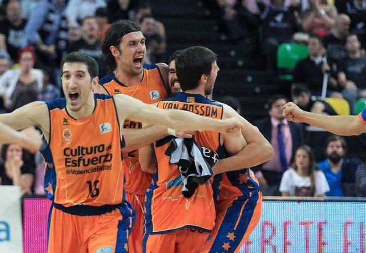 Los jugadores del Valencia Basket celebran su pase a semifinales de la Liga Endesa, tras derrotar al Dominion Bilbao, en el Bilbao Arena de la capital vizcaina. Ahora se enfrentarán al Real Madrid donde juega el mexicano Gustavo Ayón. (EFE)