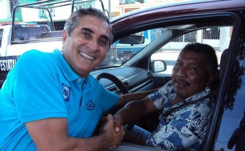 El abanderado del PAN intensificó sus recorridos ciudadanos en la colonia Payo Obispo de Chetumal. (Harold Alcocer/SIPSE)