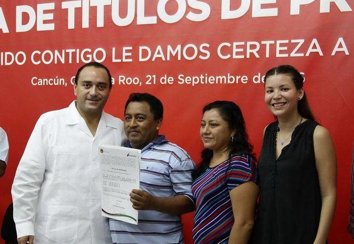 Roberto Borge Angulo, gobernador de Quintana Roo, entregó los títulos de propiedad en las oficinas de Seduvi en Cancún. (Redacción/SIPSE)