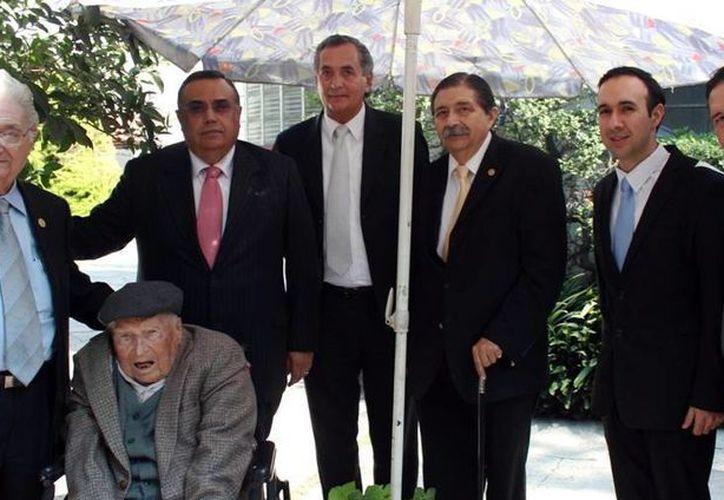 Silvio A. Zavala Vallado recibió a los representantes meridanos en su casa. (Milenio Novedades)