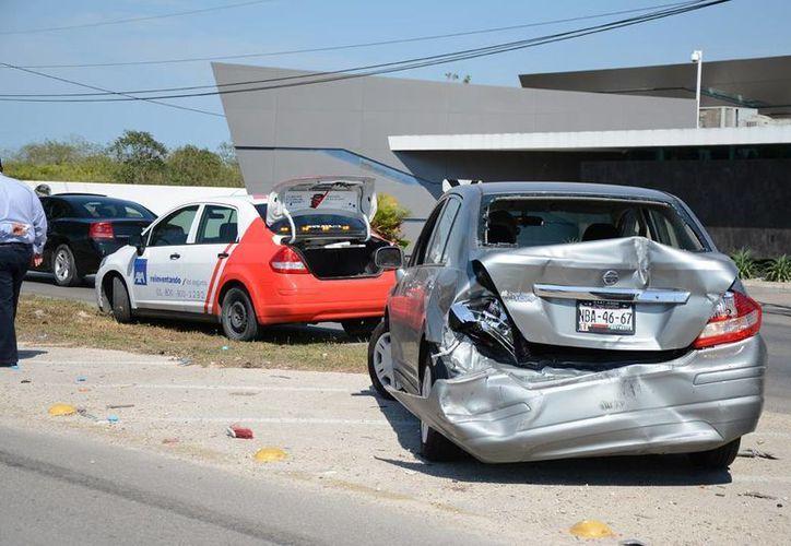El conductor de un Tiida circulaba sobre anillo Periférico cuando de súbito frenó para no impactarse contra otro vehículo... detrás lo chocó un volquete. (SIPSE)