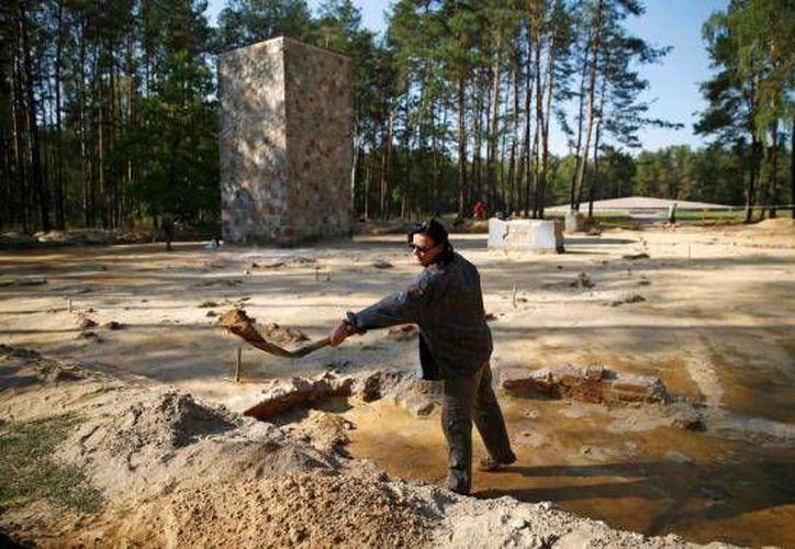 La arqueóloga e historiadora Anna Zalewska cava dentro del perímetro de un campo de exterminio nazi de Sobibor. (Reuters)