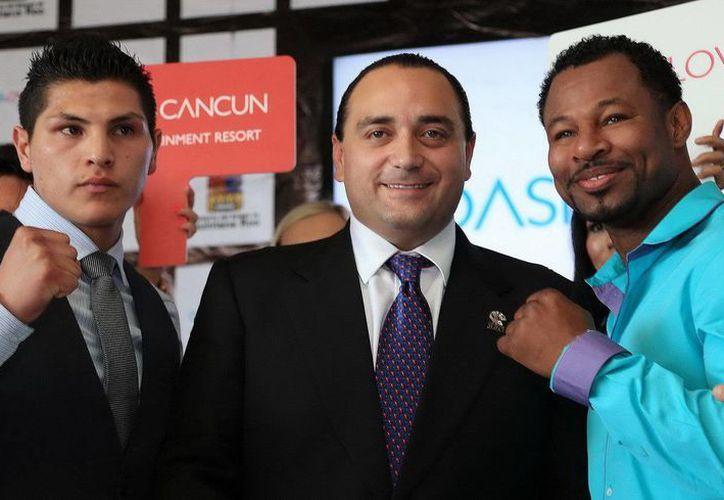 El gobernador de Q. Roo acompañado de Pablo César Cano y Sugar Shane Mosley. (Redacción/SIPSE)