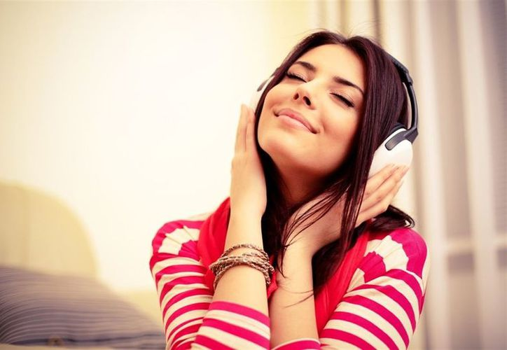 Las canciones que te ponen feliz tienen un ritmo fuerte, letras positivas y son en tono mayor. (Contexto/Internet).