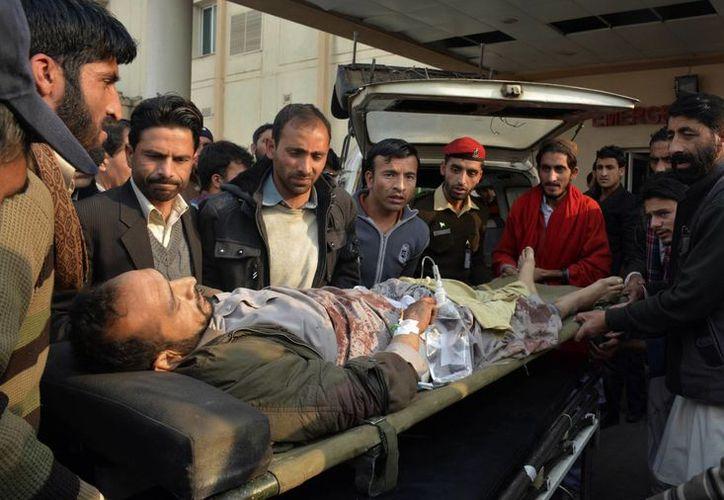 Un herido es transpordo a un hospital en Muzaffarabad, capital de la Cachemira paquistaní. (AP/M.D. Mughal)