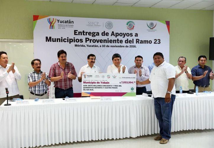 Representantes de los municipios recibieron los cheques correspondientes al ramo 23. (Milenio Novedades)