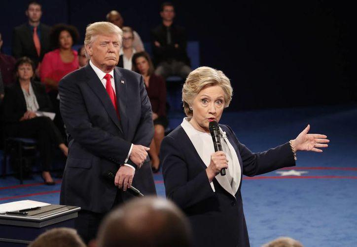 Trump se mantenía muy cerca y detrás de la candidata y la miraba intensamente con el ceño fruncido. (Rick T. Wilking/Pool vía AP)