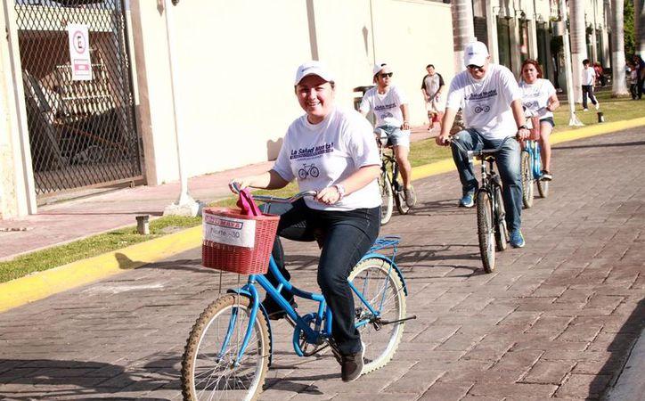 Los jóvenes de la 'Rodada por la salud mental' pedalearon sus bicicletas desde el Monumento a la Patria hasta el remate del Paseo de Montejo. (Milenio Novedades)