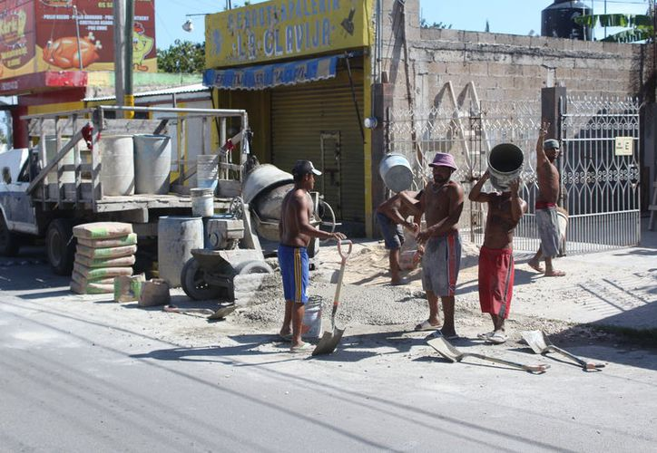 Los trabajadores del ramo de la construcción carecen de prestaciones. (Daniel Tejada/SIPSE)