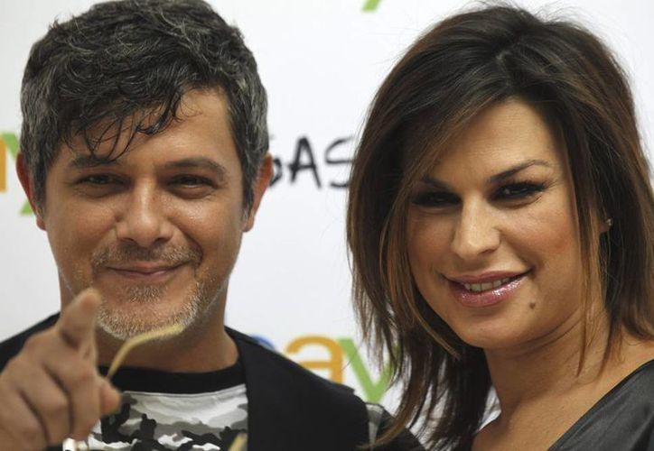 Alejandro Sanz y su esposa Raquel Perera lanzaron su primera colección de ropa para hombre y mujer, que se venderá solo por e-Bay. (EFE)