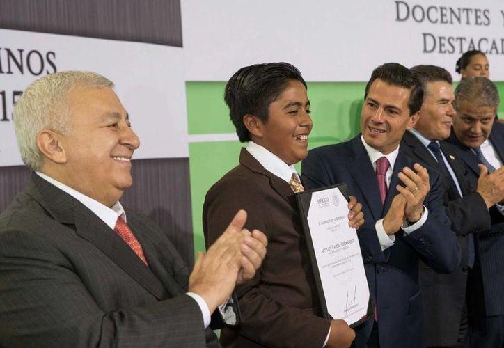 Peña Nieto sostuvo un encuentro con los alumnos y maestros más destacados del país, en la residencia oficial de Los Pinos. (Presidencia)