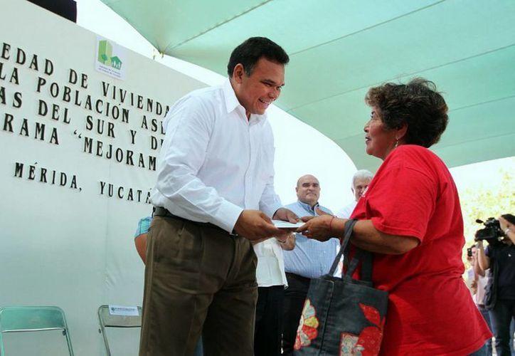 Ayer, el Mandatario encabezó la entrega de créditos para mejoramiento de vivienda a familias de la colonia Emiliano Zapata III. (Cortesía)