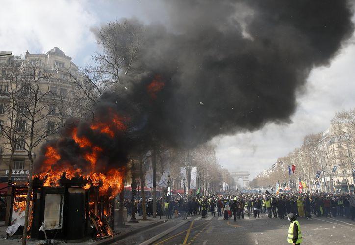Manifestación de los chalecos amarillos sobre la avenida de los Campos Elíseos, en París. (AP/Christophe Ena)