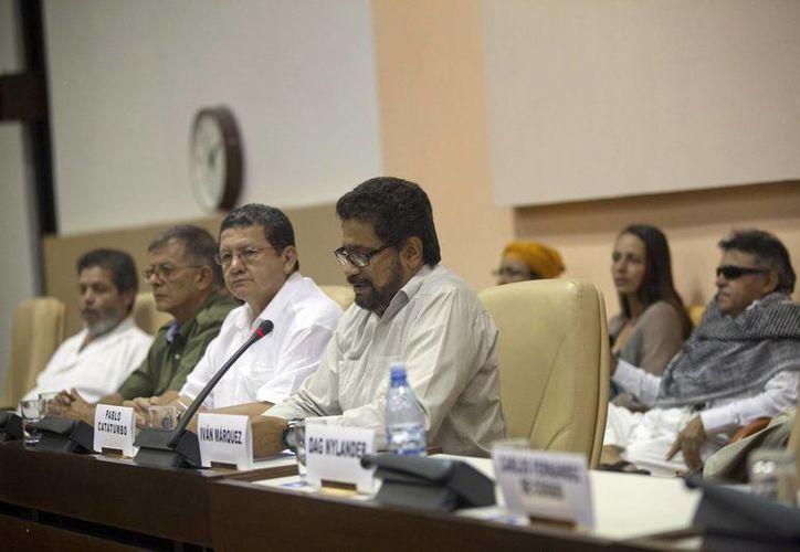 Iván Márquez (centro) jefe del equipo negociador de las FARC, acompañado de los integrantes de su delegación durante las conversaciones de paz con el gobierno colombiano en La Habana, Cuba. (Agencias)