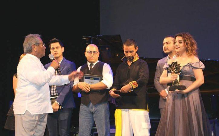 Gina Osorno fue premiada por el gran ídolo de la música yucateca, Armando Manzanero. (Milenio Novedades)