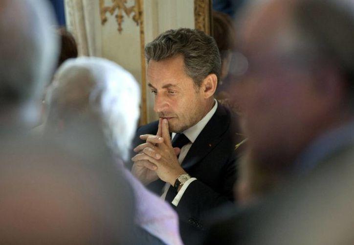 Imagen de archivo del expresidente de Francia, Nicolas Sarkozy, esperando su turno para hablar durante una ceremonia de premiación en el Palacio Egmont en Bruselas, Bélgica. (AP/Virginia Mayo)