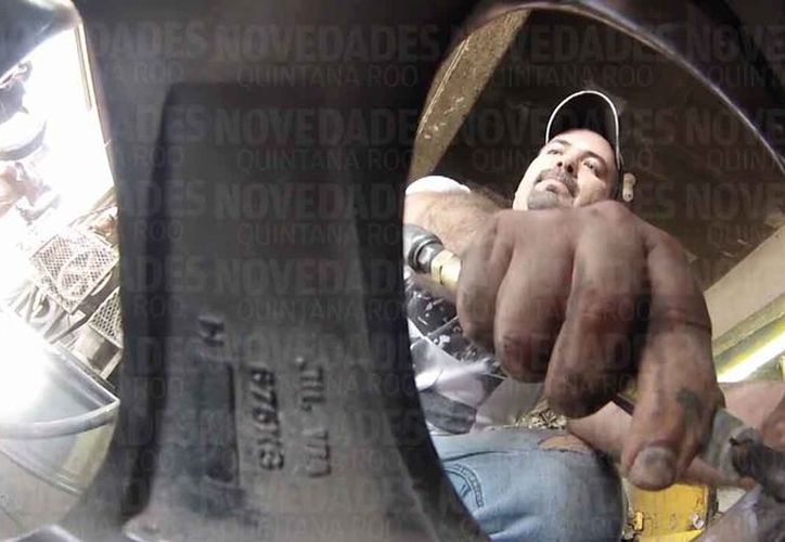 El llantero se dedica a reparar neumáticos o rines dañados que han caído en los baches. (Pedro Olive/SIPSE)
