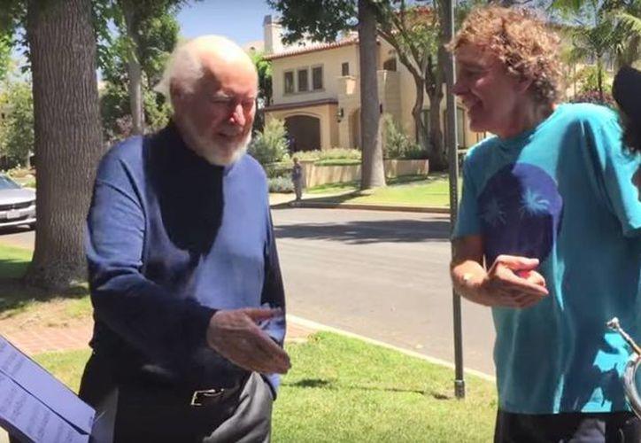 Los 2 jóvenes músicos se ganaron un saludo del legendario compositor de cine John Williams al tocar el tema de 'Star Wars' fuera de su casa en Los Ángeles. (Captura de pantalla/YouTube)