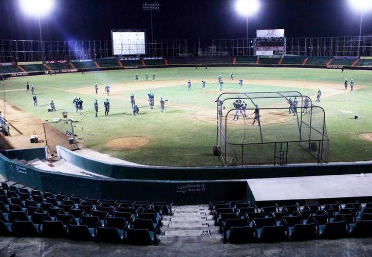 El equipo de Leones de Yucatán sostuvo otro entrenamiento nocturno en el estadio de Kukulcán. (Milenio Novedades)